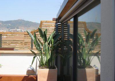 conillas-paisajismo-jardinieria-proyecto-paisajistico-en-terraza-barcelona-y-contruccion-pergola-madera-iroco-y-plantacion-vegetal-barcelona-06