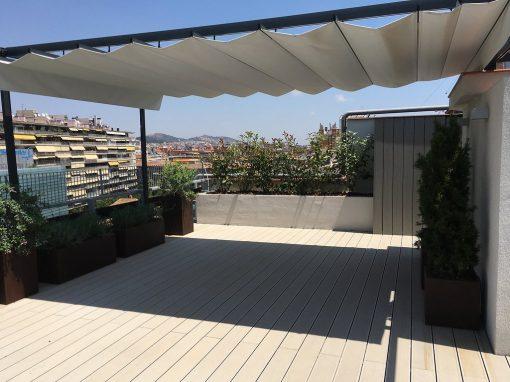 Projecte de terrassa amb pèrgola de ferro i paviment de fusta tecnològica
