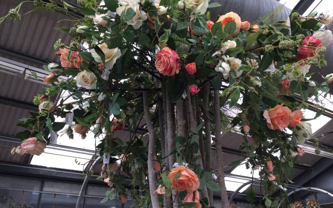 Arranjament floral amb tronc natural i roses artificials